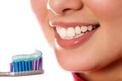 Chica joven sonriente con el cepillo de dientes Fotos de archivo