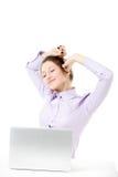Chica joven sonriente con el ordenador portátil que toma una rotura Imágenes de archivo libres de regalías