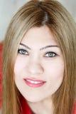 Chica joven sonriente con el pelo recto y los ojos verdes Imagenes de archivo