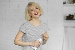 Chica joven sonriente con la botella de agua Imagen de archivo libre de regalías