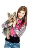 Chica joven sonriente con su animal doméstico Yorkshire Imagen de archivo libre de regalías