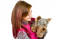 Chica joven sonriente con su animal doméstico Yorkshire Fotografía de archivo
