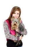 Chica joven sonriente con su animal doméstico Yorkshire Foto de archivo