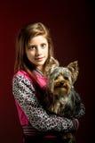 Chica joven sonriente con su animal doméstico Yorkshire Imagenes de archivo