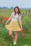 Chica joven sonriente en campo Fotos de archivo
