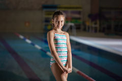 Chica joven sonriente en piscina Foto de archivo libre de regalías