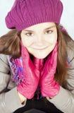 Chica joven sonriente en ropa del otoño Imagen de archivo