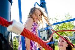 Chica joven sonriente feliz en patio Fotos de archivo libres de regalías