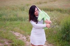 Chica joven sonriente feliz hermosa con unicornio del Libro Verde Prado y cielo azul en el backgroundSummer, campo, naturaleza Imágenes de archivo libres de regalías