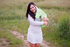 Chica joven sonriente feliz hermosa con unicornio del Libro Verde Prado y cielo azul en el backgroundSummer, campo, naturaleza Imagenes de archivo