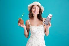 Chica joven sonriente feliz que celebra el pasaporte y boletos que viajan Imagenes de archivo