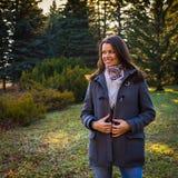 Chica joven sonriente hermosa que disfruta del paseo al aire libre Fotos de archivo