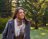 Chica joven sonriente hermosa que disfruta del paseo al aire libre Imagen de archivo