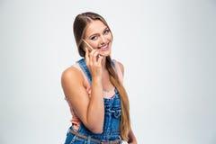 Chica joven sonriente que habla en el teléfono Fotos de archivo