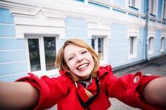 Chica joven sonriente que hace el selfie Foto de archivo
