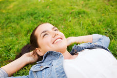 Chica joven sonriente que miente en hierba Fotografía de archivo