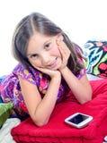 Chica joven sonriente que mira la cámara Foto de archivo