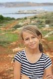 Chica joven sonriente que se coloca en una punta de visión Fotos de archivo libres de regalías
