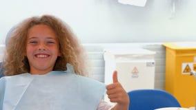 Chica joven sonriente que se sienta almacen de metraje de vídeo
