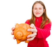 Chica joven sonriente que sostiene la hucha Imagenes de archivo