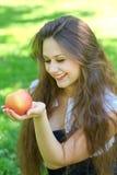 Chica joven triguena con una manzana Foto de archivo