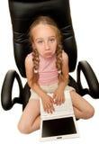 Chica joven triste con la computadora portátil Imagen de archivo