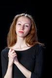 Chica joven triste que llora en un fondo negro Foto de archivo