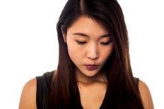 Chica joven triste que mira hacia abajo Imágenes de archivo libres de regalías