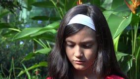 Chica joven triste y deprimida almacen de metraje de vídeo