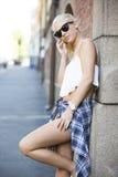 Chica joven urbana casual que habla en el teléfono Fotos de archivo libres de regalías