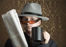 Chica joven vestida en engranaje del espía Fotografía de archivo libre de regalías