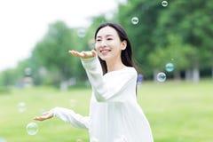 Chica joven y burbujas Foto de archivo libre de regalías
