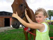 Chica joven y caballo Foto de archivo