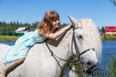 Chica joven y caballo blanco en la naturaleza en verano fotografía de archivo libre de regalías