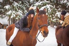 Chica joven y caballo en un bosque del invierno Fotos de archivo