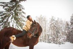 Chica joven y caballo en un bosque del invierno Fotos de archivo libres de regalías