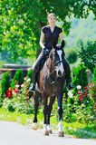 Chica joven y caballo negro Fotos de archivo libres de regalías
