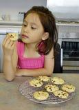 Chica joven y chocolate Chip Cookies. Foto de archivo