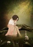 Chica joven y cisne blanco Imagen de archivo libre de regalías