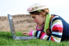 Chica joven y computadora portátil imagen de archivo libre de regalías