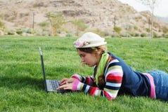 Chica joven y computadora portátil foto de archivo libre de regalías