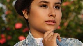 Chica joven y confusión Imagenes de archivo