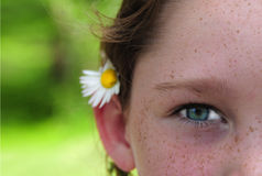 Chica joven y flor Fotografía de archivo