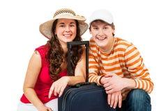 Chica joven y hombre con las maletas Imagen de archivo libre de regalías