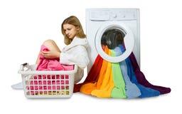 Chica joven y lavadora con las cosas coloridas a lavarse, ISO imagen de archivo libre de regalías