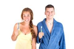 Chica joven y muchacho con los cepillos de dientes Fotos de archivo libres de regalías