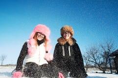 Chica joven y muchacho en invierno Fotos de archivo