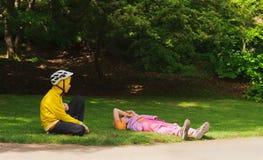 Chica joven y muchacho joven en ropa de deportes y cascos de los deportes Imagen de archivo libre de regalías