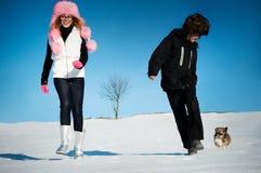 Chica joven y muchacho que juegan en invierno Fotos de archivo libres de regalías