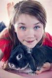 Chica joven y su conejo de conejito del animal doméstico Imagenes de archivo